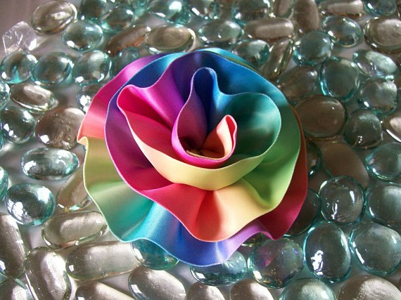 Декоративные цветы из ткани и лент — подборка идей в фото