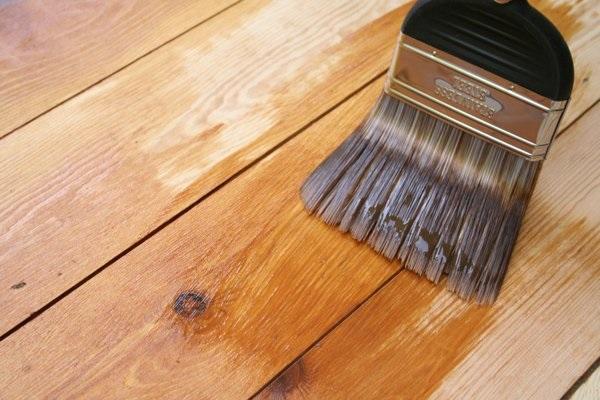 Делаем качественный деревянный пол с помощью шпаклевки в фото