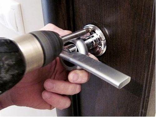 Как поставить ручку на межкомнатную дверь в фото