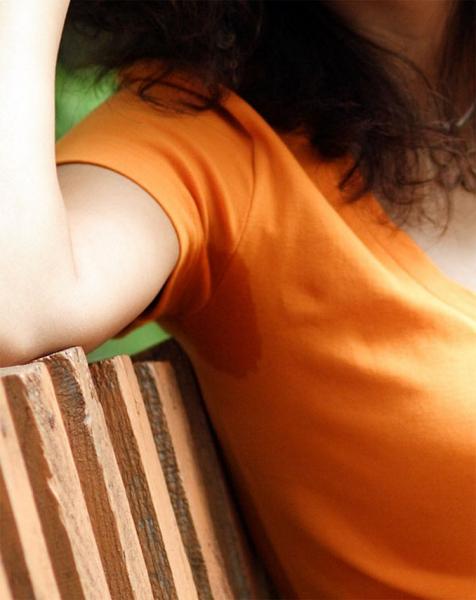 Как правильно вывести пятна от пота под мышками на цветной одежде в фото