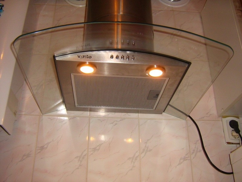 Как выбрать и установить вытяжку для кухни с воздуховодом? в фото