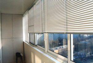 Как выбрать и закрепить жалюзи на балконе в фото