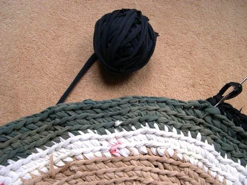 Коврик, вязанный крючком: изделие из шнура в ванную с фото и видео в фото