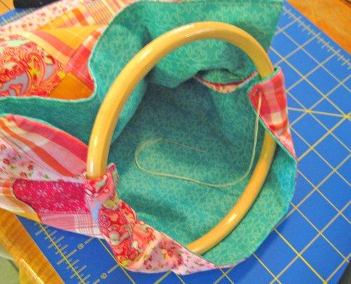 Летняя сумка своими руками с круглыми ручками из бамбука в фото