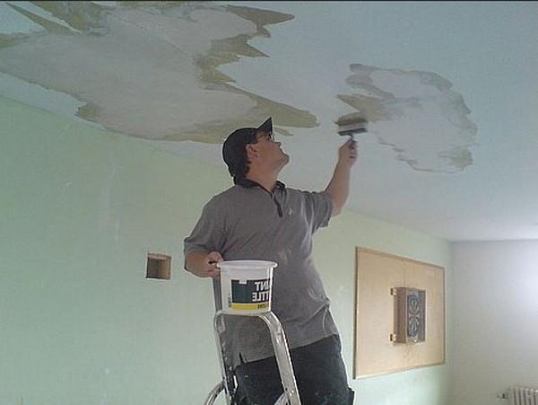 Один из способов шпаклевки потолка для идеальной окрашенной поверхности в фото