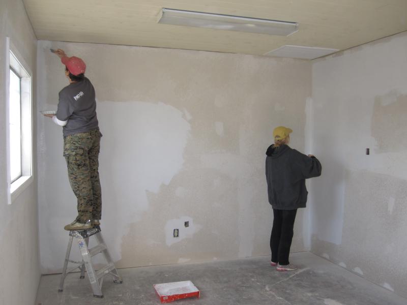 Правила грунтовки стен перед покраской в фото