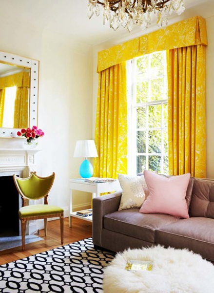Шторы ярких цветов в оформлении интерьера в фото