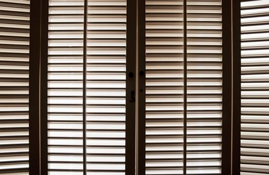 Внутренние ставни для защиты окон в фото
