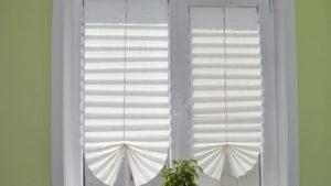 Жалюзи или шторы на пластиковые окна в фото