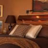 Інтер'єр спальні в кремово — коричневих тонах