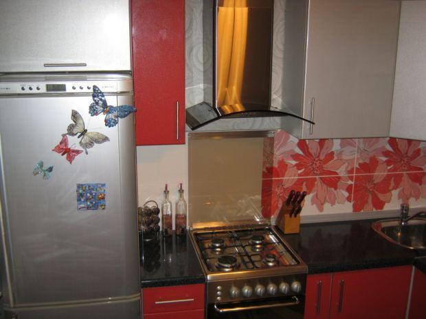Яскрава невелика кухня