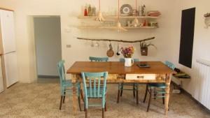стіл та полиці
