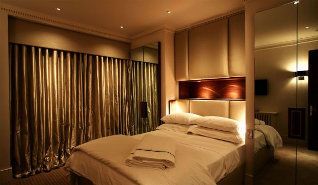 modern-warm-nuance-of-the-modern-block-home-that-has-warm-lighting-can-add-the-beauty-inside-the-modern-bedroom-design-ideas-that-seems-nice