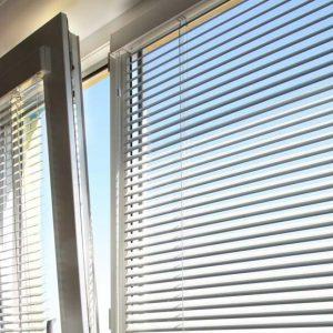 Прикрепление горизонтальных жалюзи к окнам