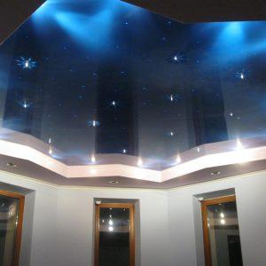 Оформляем потолочную поверхность в гостиной