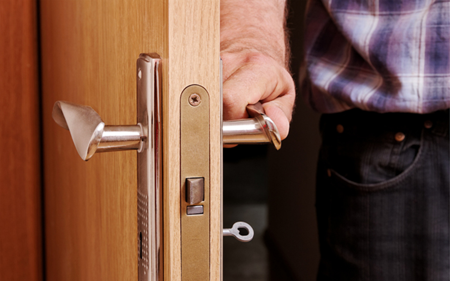 1516842930 imsis232 024 man door key
