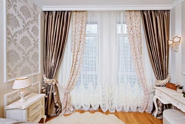 oformlenie okon shtorami foto varianty interera komnaty kak oformit uzkoe okno bez shtor krasivye gardiny