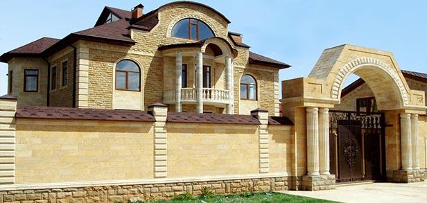 Фасад коттеджа из натурального камня
