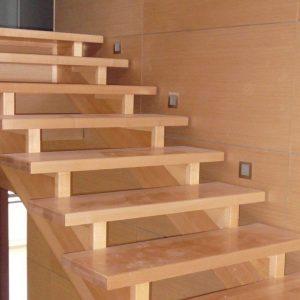 Деревянная лестница на косоурах — функциональная и надёжная
